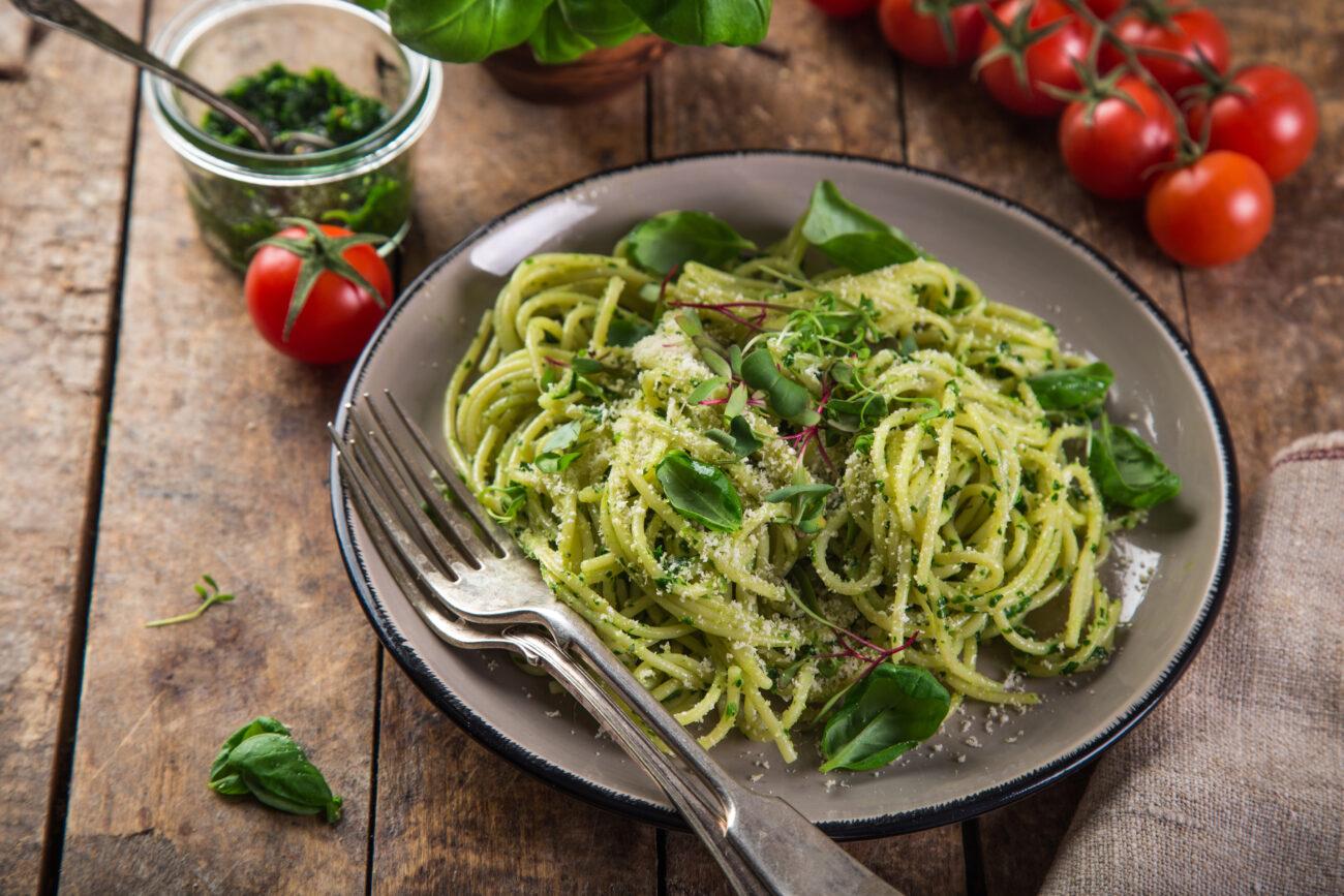 Špagety s bazalkovým pestom